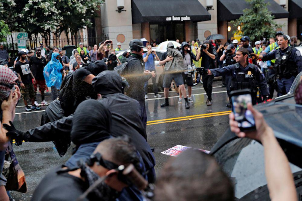 Полицейские используют перцовый аэрозоль для разгона демонстрантов в Вашингтоне.