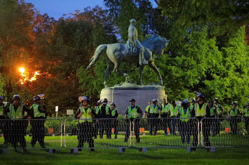 Полицейские дежурят у памятника генералу Роберту Эдварду Ли в Шарлоттсвилле.
