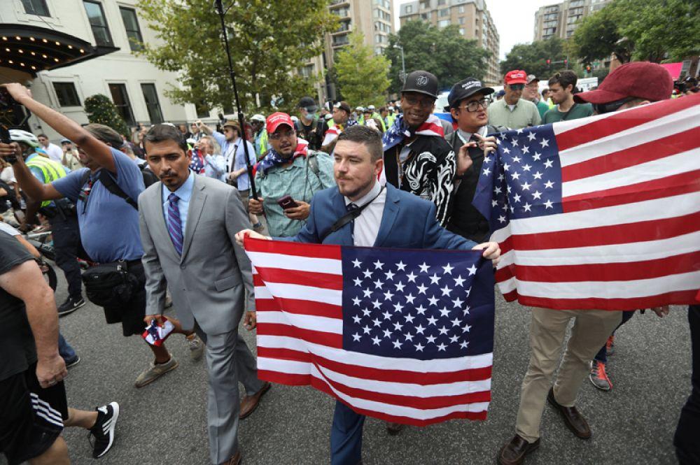 Лидер правых активистов Джейсон Кесслер на «Митинге объединенных правых» в Вашингтоне.