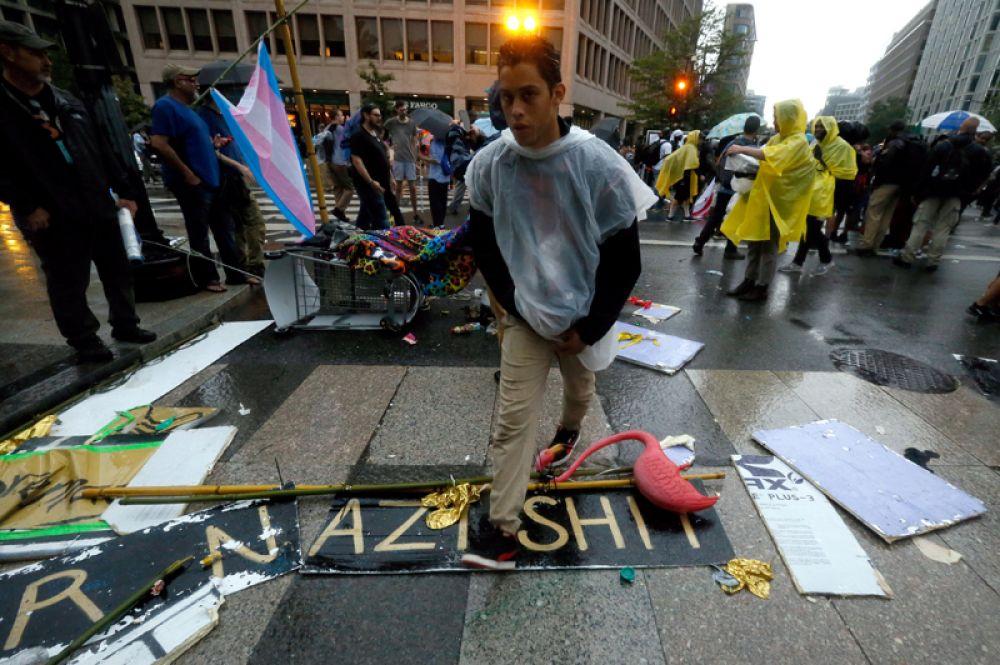 Противники ультраправых организаций на митинге в центре Вашингтона.
