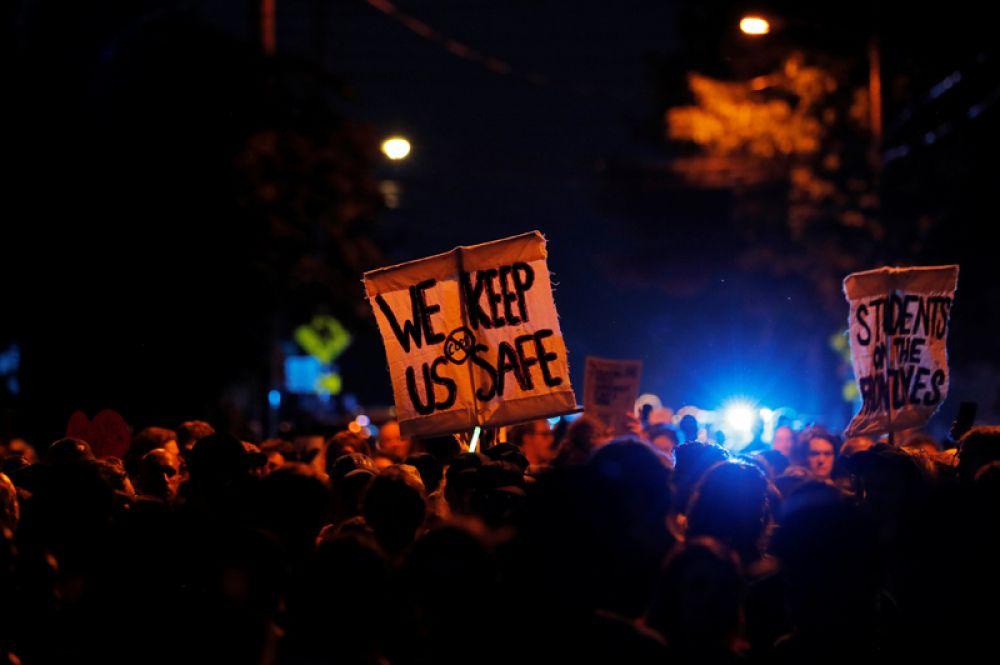 Протестующие перед Университетом Виргинии в Шарлоттсвилле.