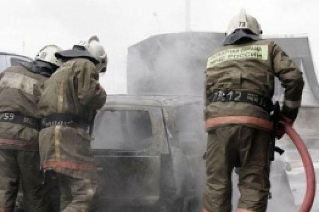 Огонь уничтожил автомобиль в считанные минуты.