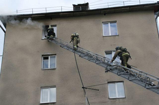 Пожар произошел в многоквартирном пятиэтажном доме.