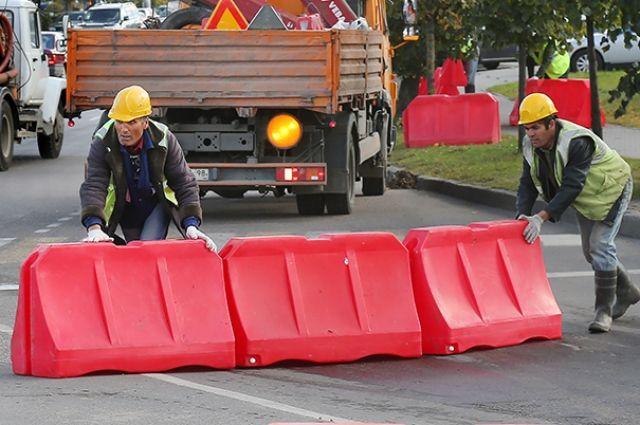 Дорожные рабочие перекрыли съезд на проспект Победы с Окружной.