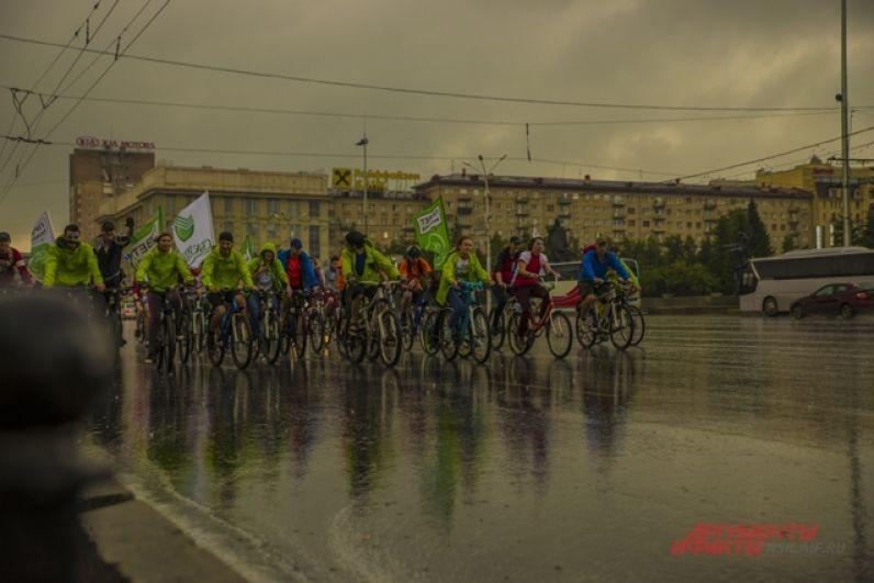 И это не случайно, ведь опытные инструкторы ознакомили велосипедистов с правилами поведения во время велопробега.