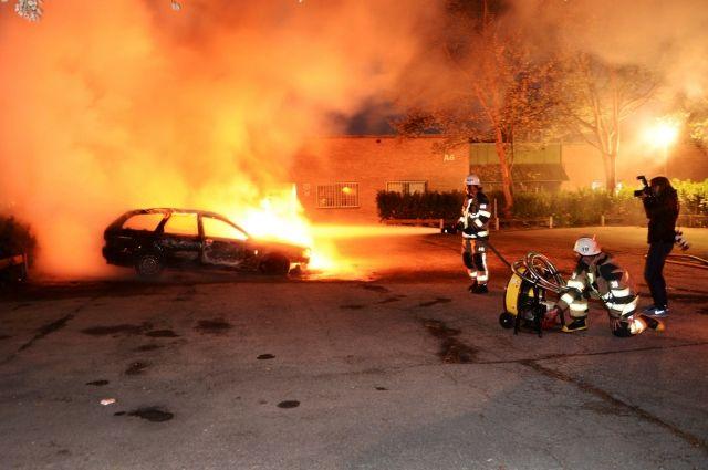 Около 100 авто  настоянках подожгли вандалы вШвеции