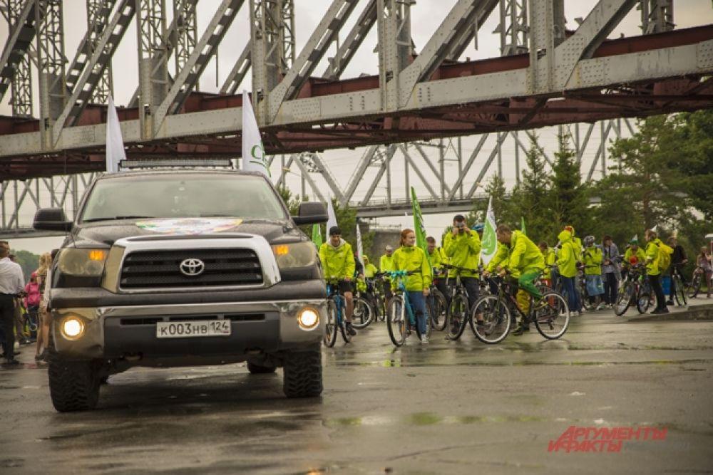 """Наконец старт. Впереди велосипедистов сопровождал автомобиль """"Тундра"""" и сотрудники ГИБДД."""
