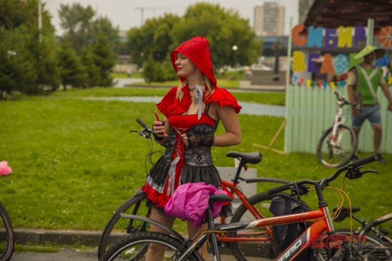 Тем временем на регистрацию начали подъезжать велоспортсмены. Каждый из участником заезда придумал для себя уникальный наряд. Например, Красной шапочки.