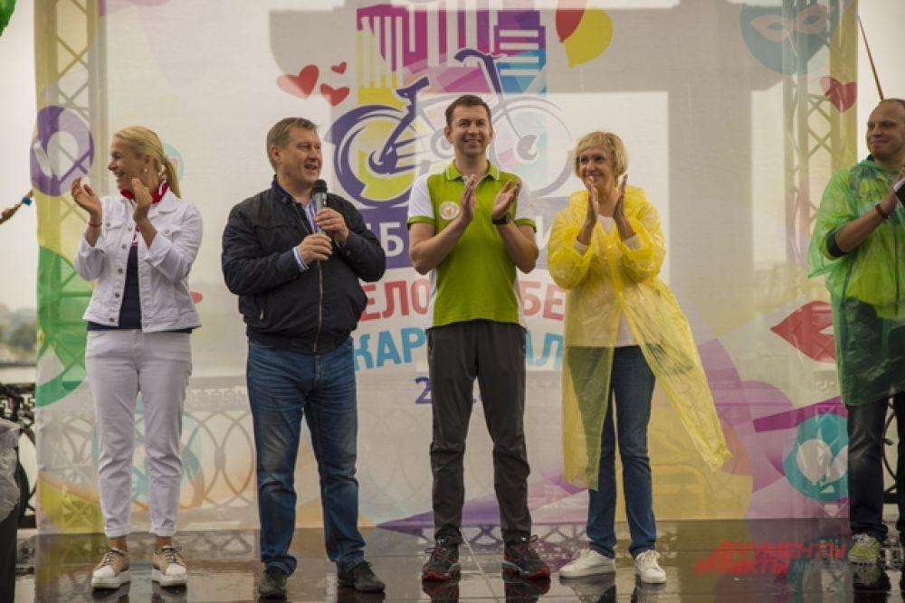 Перед ответственным стартом горожан с праздником поздравили мэр Новосибирска Анатолий Локоть, управляющий головного отделения Сбербанка России в Новосибирске Игорь Безматерных, и другие.