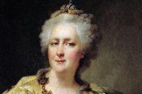 Одна из статуэток - Екатерина Великая.
