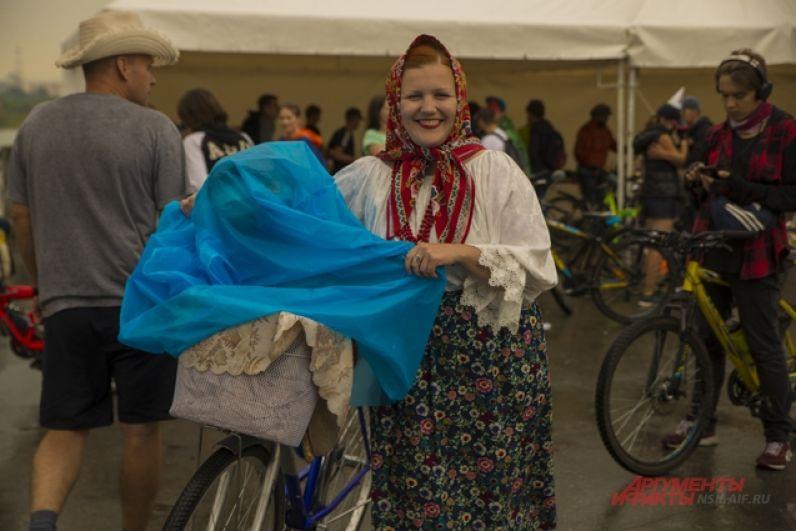 Была на велокарнавале и русская красавица на вороном коне.