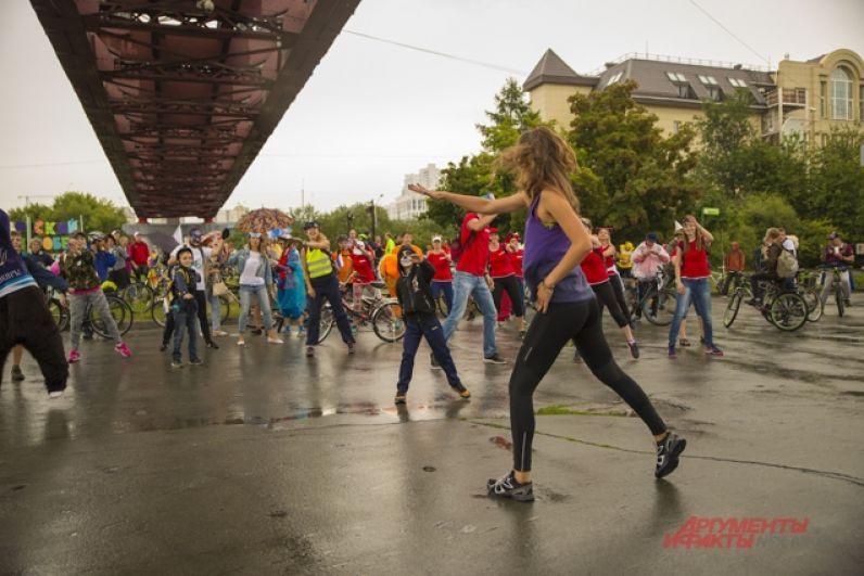 На празднике никто не скучал - ведь для участников и болельщиков велокарнавала на сцене устроили тренировки по зумбе и гимнастике.