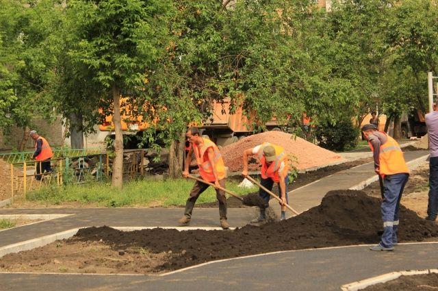 В Советском округе Омска благоустраивают дворы по федеральной программе.