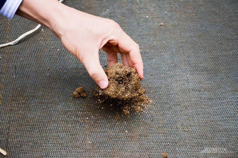 Мешок наполняется до предельного состояния, а излишки воды (уже чистой) выходят из него и попадают обратно в водоем.
