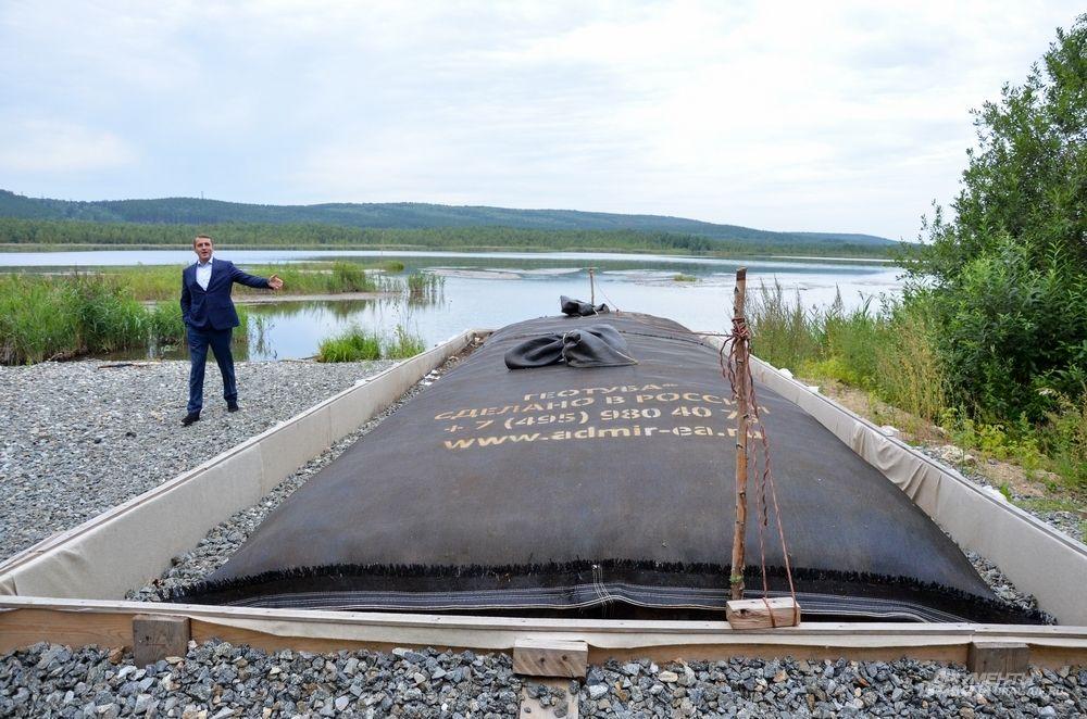 Геотуба на озере Здохня – это большой мешок, который лежит на обустроенной дренажной площадке из щебня, и куда закачивается при помощи того же земснаряда ил со дна водоема.