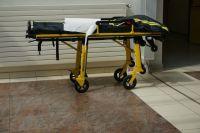 Пострадавшего донесли до машины медиков и увезли в больницу.