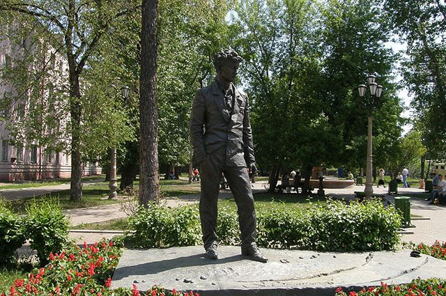 Памятник А. Вампилову в Иркутске.