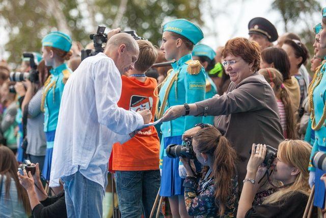 Звёзд фестиваля в крае встречают с почётом и искренней радостью.