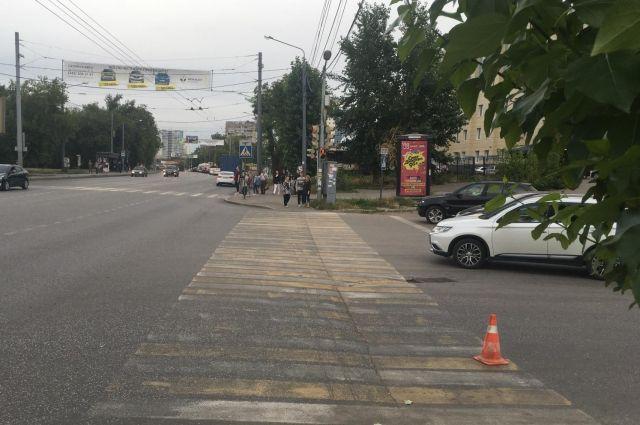 Подросток выехал на пешеходный переход на велосипеде.