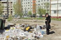 Если с вашей контейнерной площадки не вывозят мусор, обращайтесь сначала в свою УК. Реакции нет- врайонную администрацию, Роспотребнадзор, Инспекцию госжилнадзора, прокуратуру.