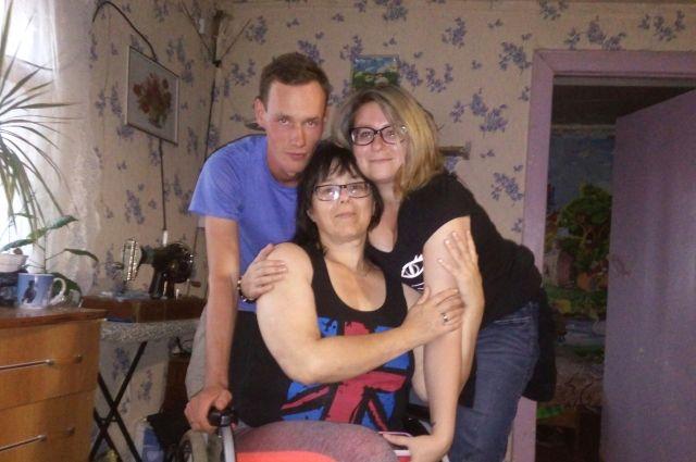 После съёмок в программе дочь-американка (на фото справа) приехала в Очёрский район - посмотреть, где родилась и как с новым супругом (слева) живёт мама.