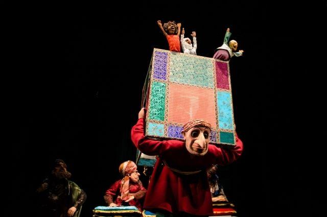 Традиции азиатских театров запрещают менять мизансцену на протяжении веков