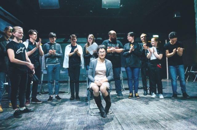 Венера играет на сцене с профессиональными актерами.