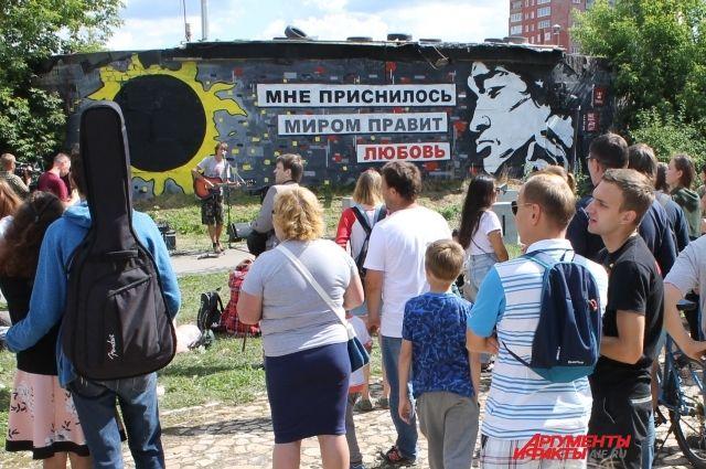 На открытии стены Цоя выступил Артём Холстинин из группы «Choos of voice»