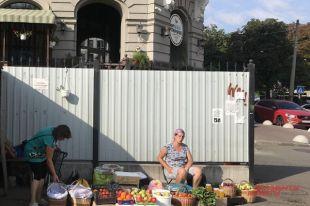 Чтобы выжить, киевлянам приходится торговать всем, чем угодно.