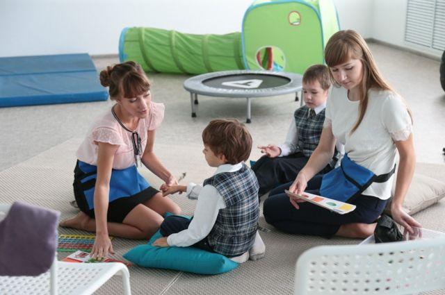 Дети с аутизмом, как правило, не смотрят в глаза.