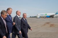 Губернатор и полпред осмотрели взлётно-посадочную полосу челябинского аэропорта.