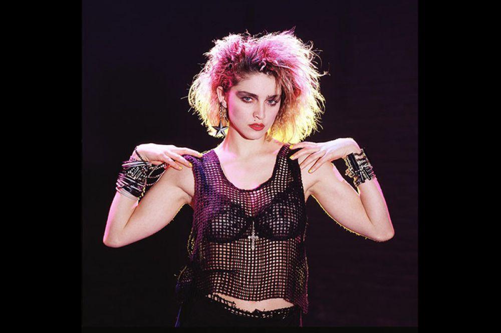 В начале 80-х, когда девушка только приехала в Нью-Йорк, ее образ можно было назвать «уличной девчонкой»: крашеная блондинка с толстым слоем макияжа, в тугих леггинсах и обтягивающей майке.