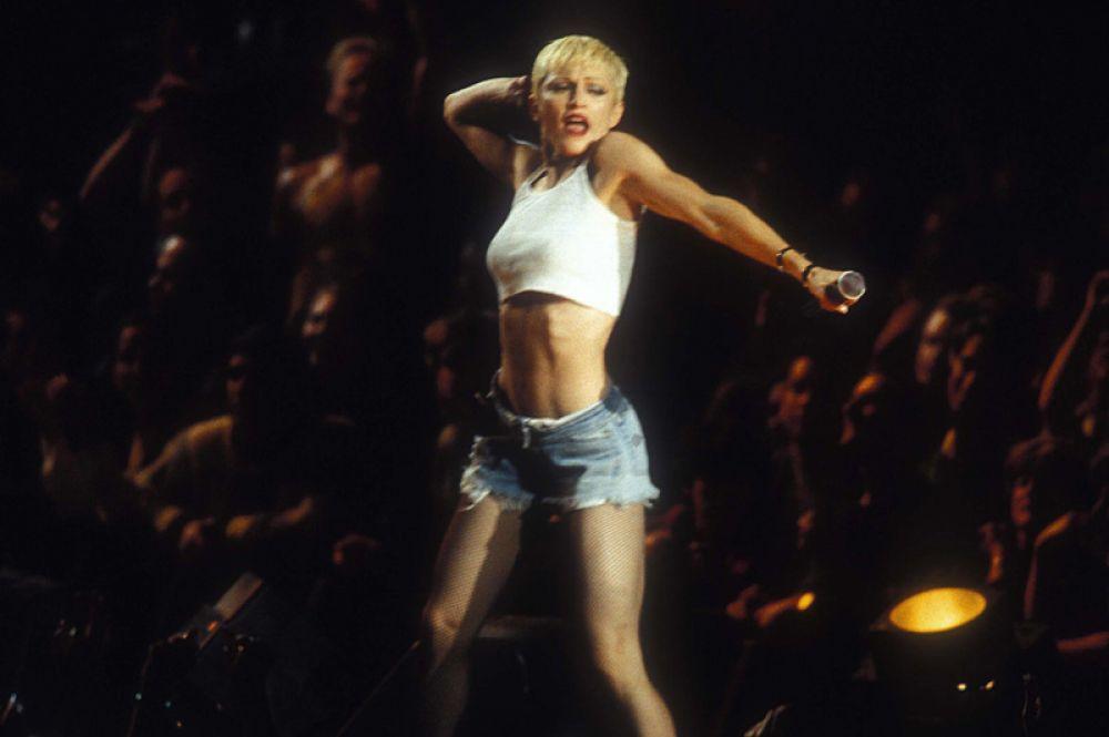 Во время The Girlie Show World Tour в 1993 году Мадонна резко сменила имидж, появившись на сцене с короткими волосами. Ее стиль стал меняться в сторону R'n'B и хип-хопа, впервые со времен альбома Like A Virgin.