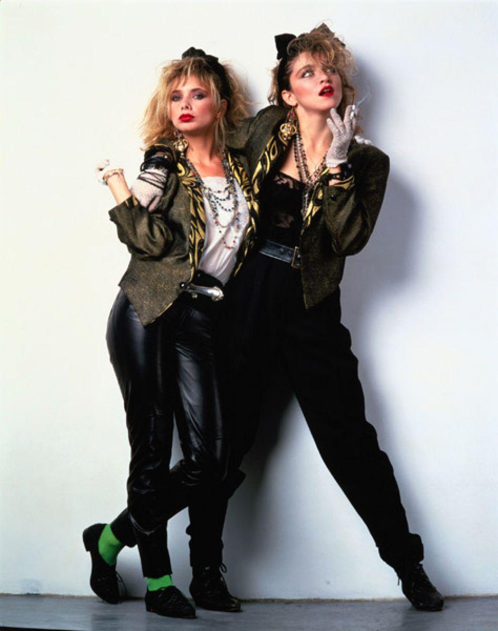 Первый концертный тур Мадонны вызвал «мадонноманию»: американские девочки массово одевались в стиле ее героини из фильма «Отчаянно ищу Сьюзен» (1985).