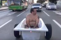Тюменец, прокатившийся в полуголом виде в ванне, попал на «Первый канал»