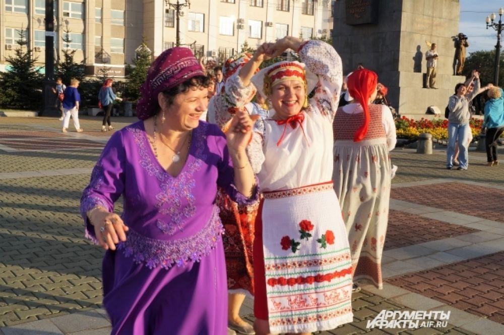 Цыганка, украинка, белоруска - представители разных народов, живущих в Хабаровском крае танцевали вместе.
