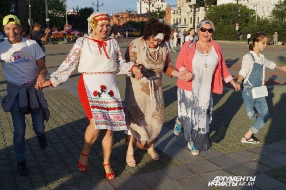 Участницы женского клуба при Ассамблее народов Хабаровского края пришли в национальных костюмах.