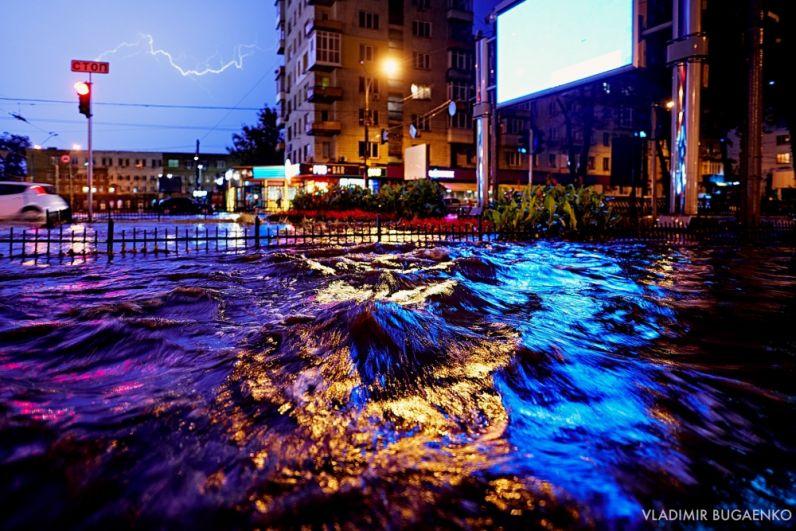 Кстати, власти города ничему не научились и в прошлый раз. Так как, вопреки заявлениям, ливневки оказались все равно забиты мусором и не могли пропускать воду и на дорогах кое-где бурлили фонтаны.