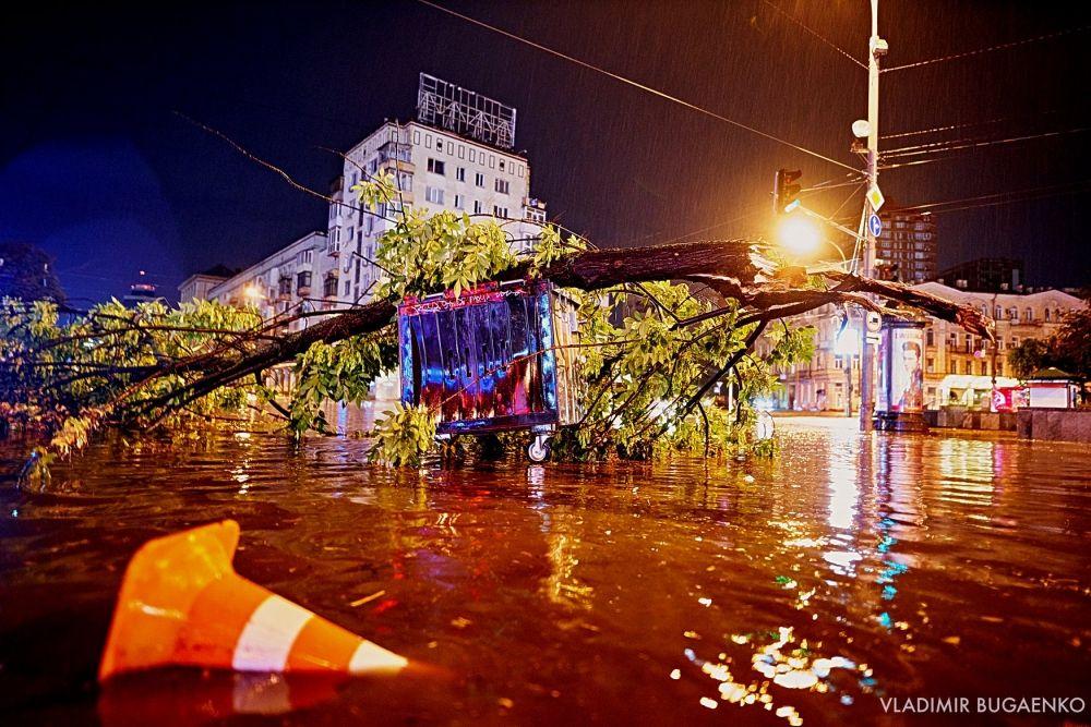 """Площадь Победы ночью выглядела, как бассейн. Водители застряли в лужах по капот, а некоторые автомобили были """"укрыты"""" ветками."""