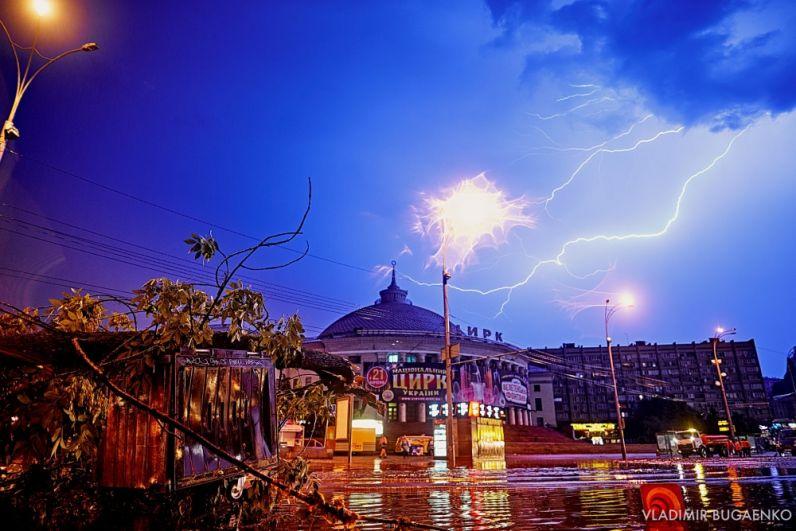Начиналось все красиво - в ночном небе начали сверкать молнии и греметь гром. Но затем с неба буквально хлынул поток воды, который в течение 10-15 минут затопил улицы. Кроме того, от сильных потоков ветра обвалились и ветки на близлежащие машины.