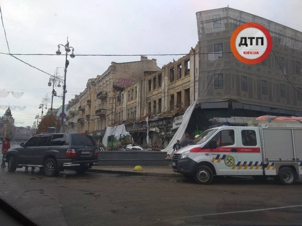 """От ветра и дождя разрушился """"кокон"""" киевского универмага, который никак не могут реконструировать после прошлогоднего пожара."""