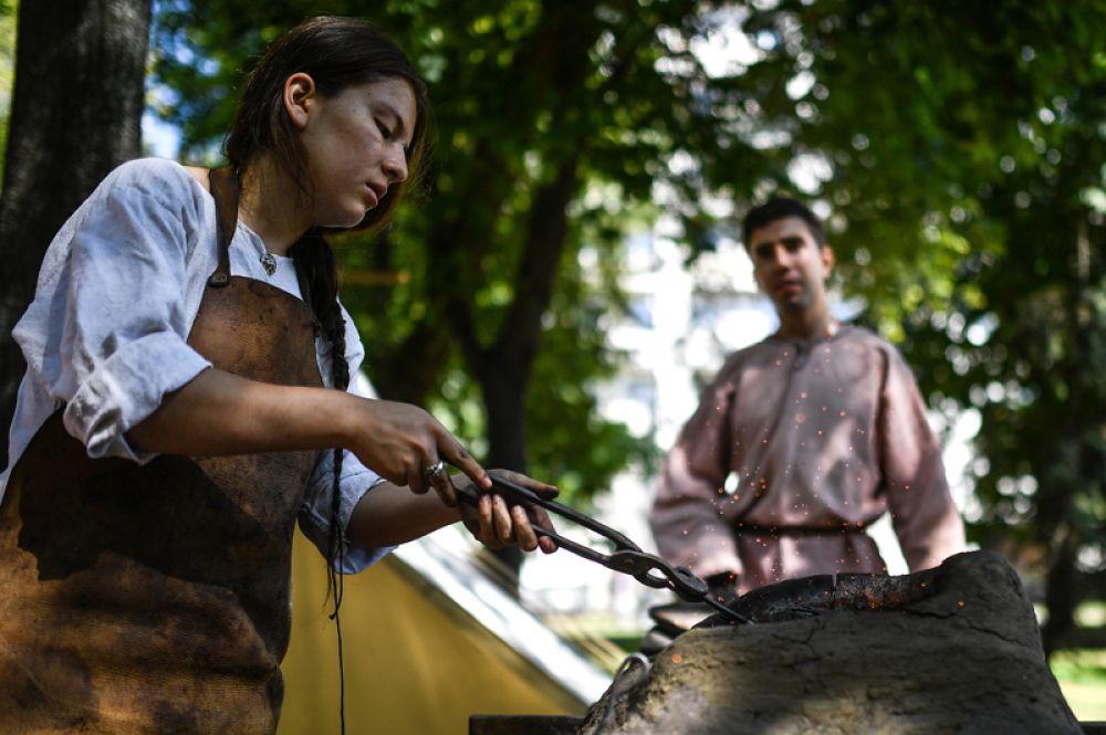 Здесь можно побывать в средневековом походном лагере, прогуляться вдоль ремесленных мастерских и торговых рядов.