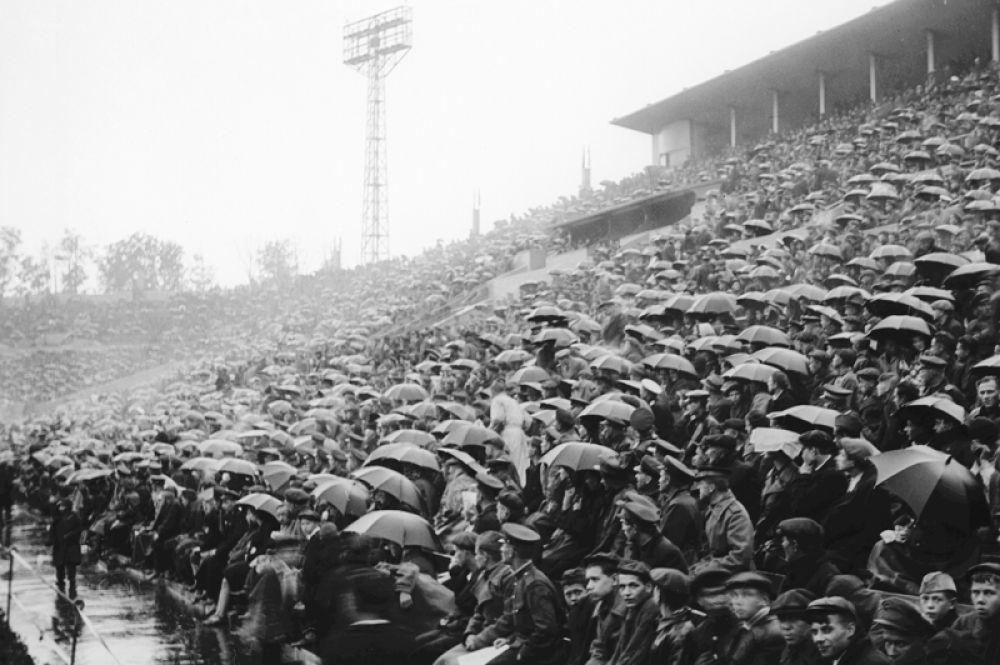 На трибунах стадиона «Динамо» во время футбольного матча. 1937 год.