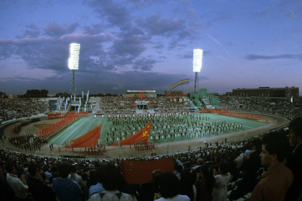 Театрализованное представление «Мир победит войну» в рамках XII Всемирного фестиваля молодежи и студентов. Стадион «Динамо». 1985 год.