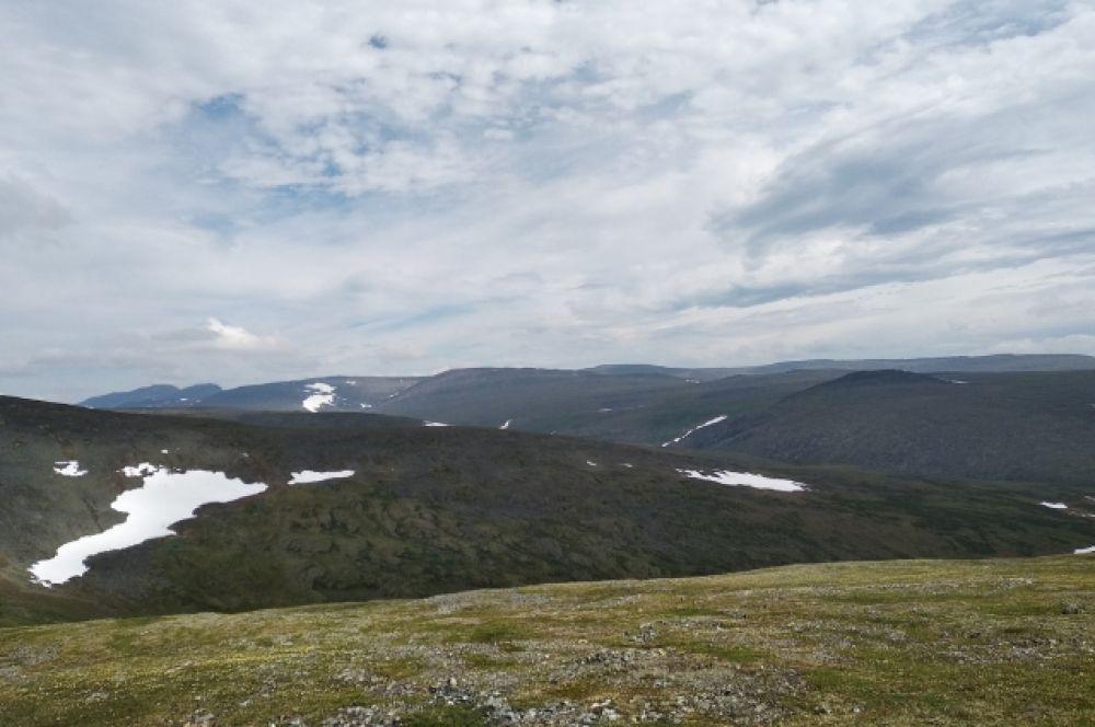 Приполярный Урал берет свое начало на севере у истока реки Ляпин и простирается до юга, горы Тельпосиз.