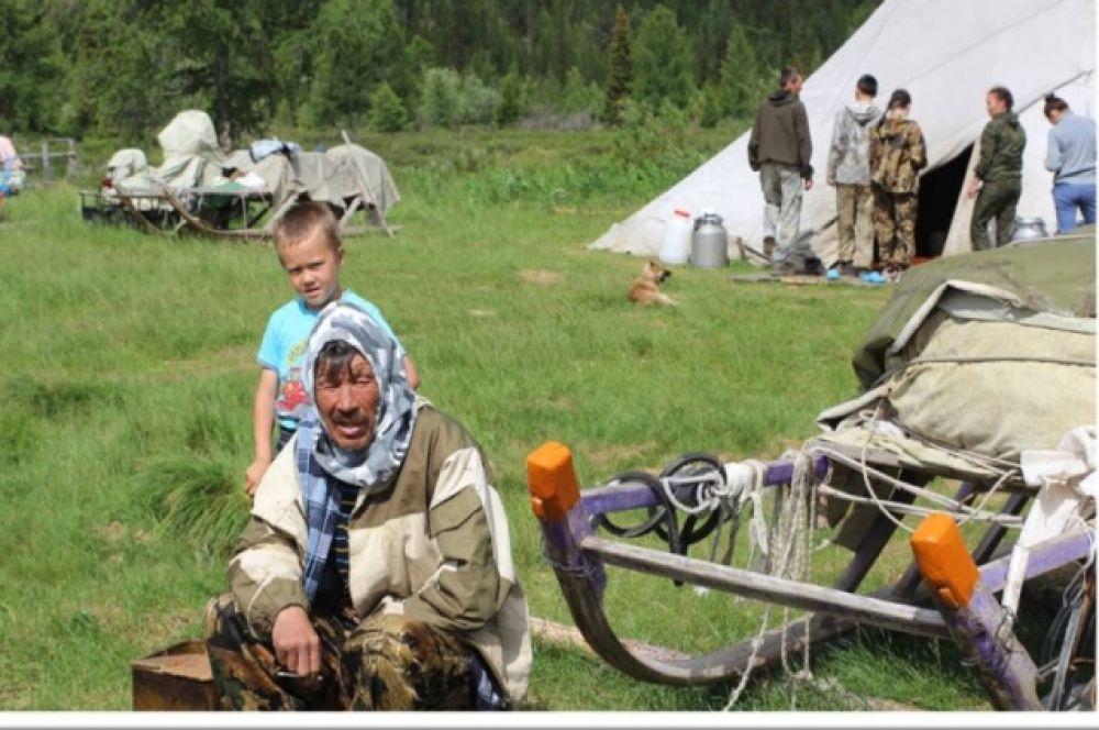Женщины ведут домашнее хозяйство и воспитывают детей. Мужчины в это время с оленями.