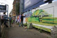 Некоторые заборы в центре Челябинска очистили от объявлений и украсили живописными граффити.