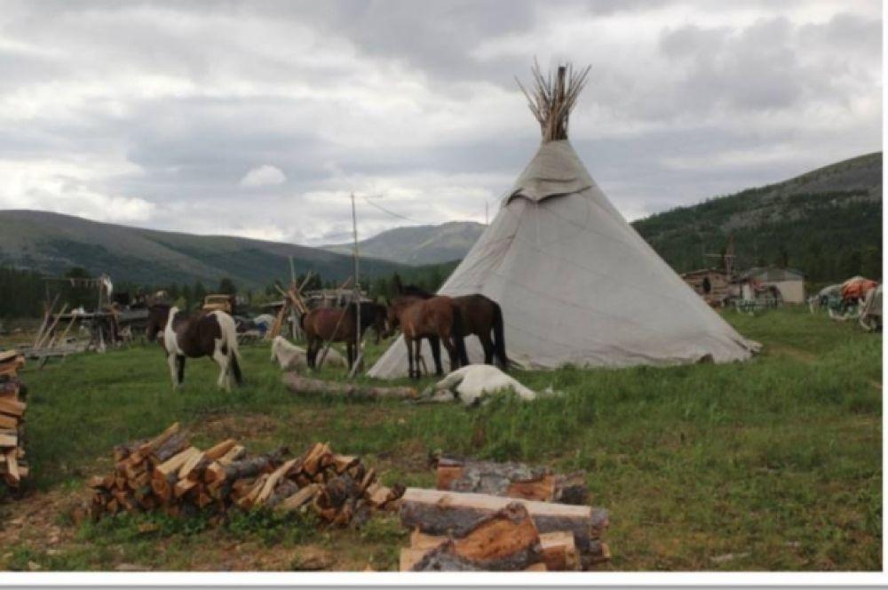 Чум заменяет оленеводам благоустроенные квартиры. Деревянный настил, печка и лавки – вот все убранство их жилища.
