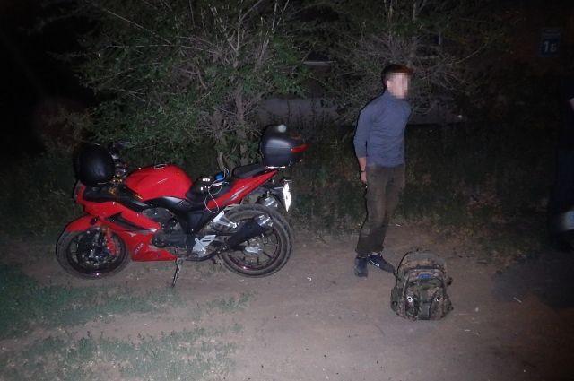 108 тайников: в Оренбурге полицейские задержали наркосбытчика-мотоциклиста.