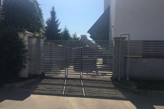 В Одесской области на глазах у бабушки железные ворота задавили ребенка